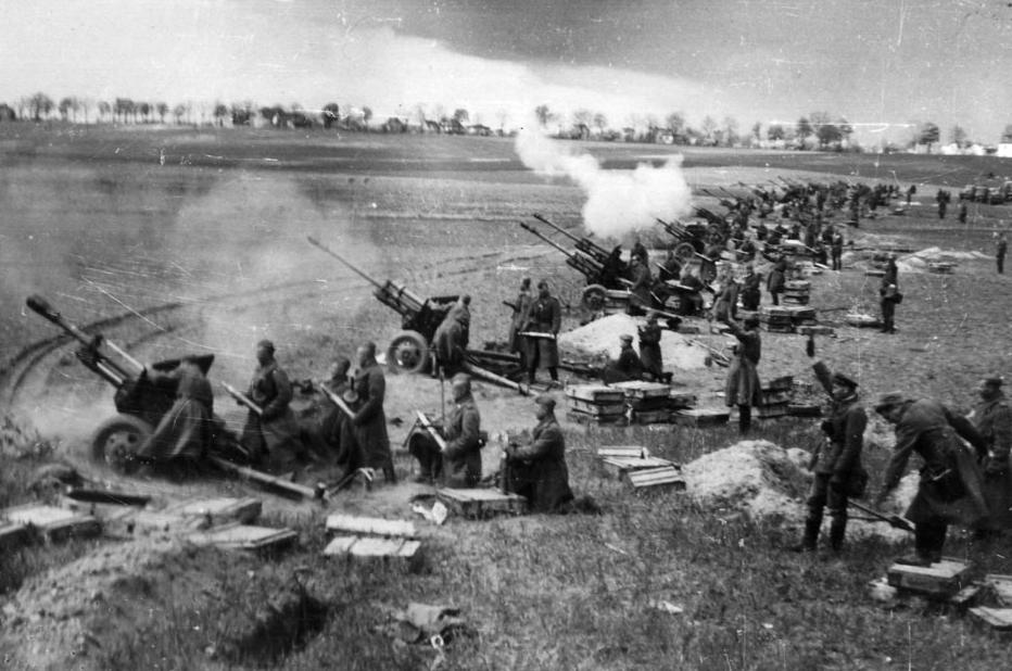 Massive Ansammlung sowjetischer Artillerie auf dem Schlachtfeld bei Seelow